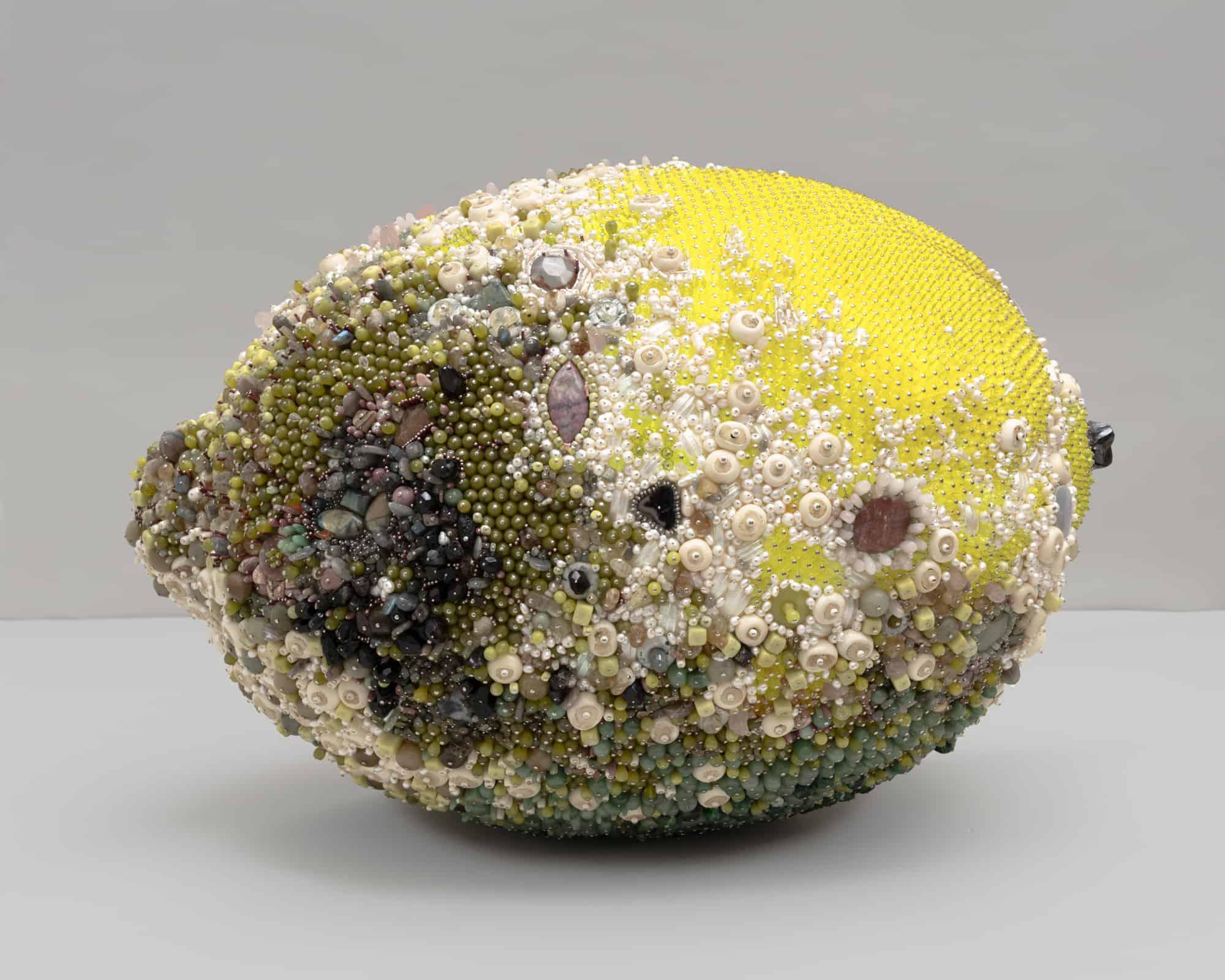 Schimmlige Obstskulpturen aus Edelsteinen hinterfragen die Vorstellung von Veredelung und Verfall